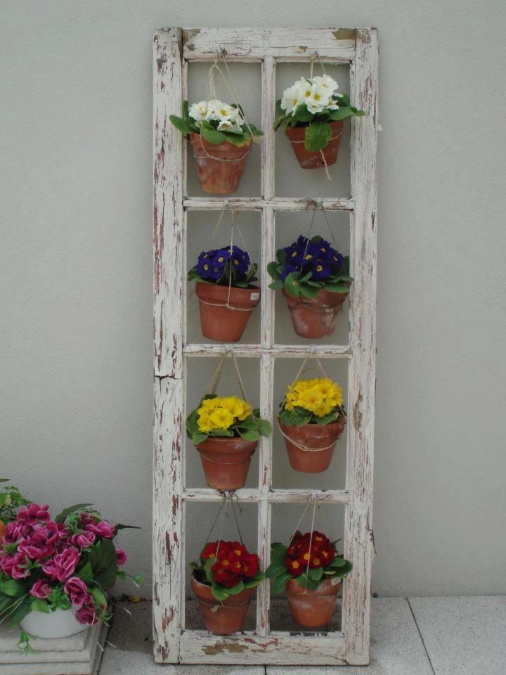 Una vieja ventana de obra para colgar macetas jardin - Macetas para colgar ...