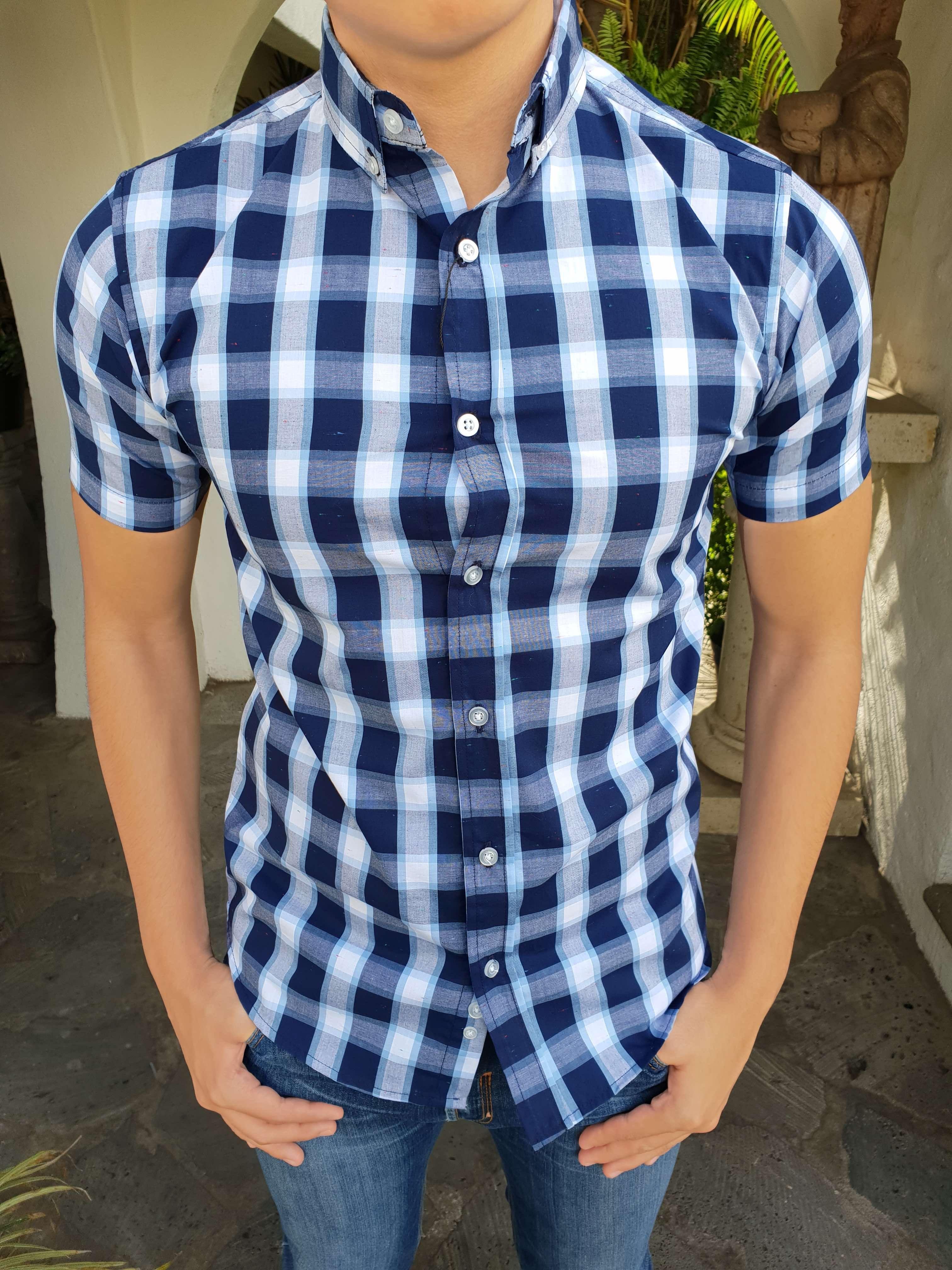 acc26add717e4 Outfit para hombre  camisa de cuadros azules y en manga corta y jeans de  mezclilla
