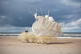 Imagen relacionadaEl mar no hace más que subir, y esto amenaza con hacer retroceder los límites de nuestra tierra hasta donde estuvieron en el medievo. Y todos sabemos que en ese minúsculo trocito que nos va a quedar poco podremos hacer. Por tanto, la gran cuestión es: ¿cómo hacer llegar más granitos de arena a nuestras dunas? Sería fantástico si tuviéramos unos animales que removieran la arena de nuestras playas, que la arrojaran al aire, para que, a continuación, el viento se encargara de…