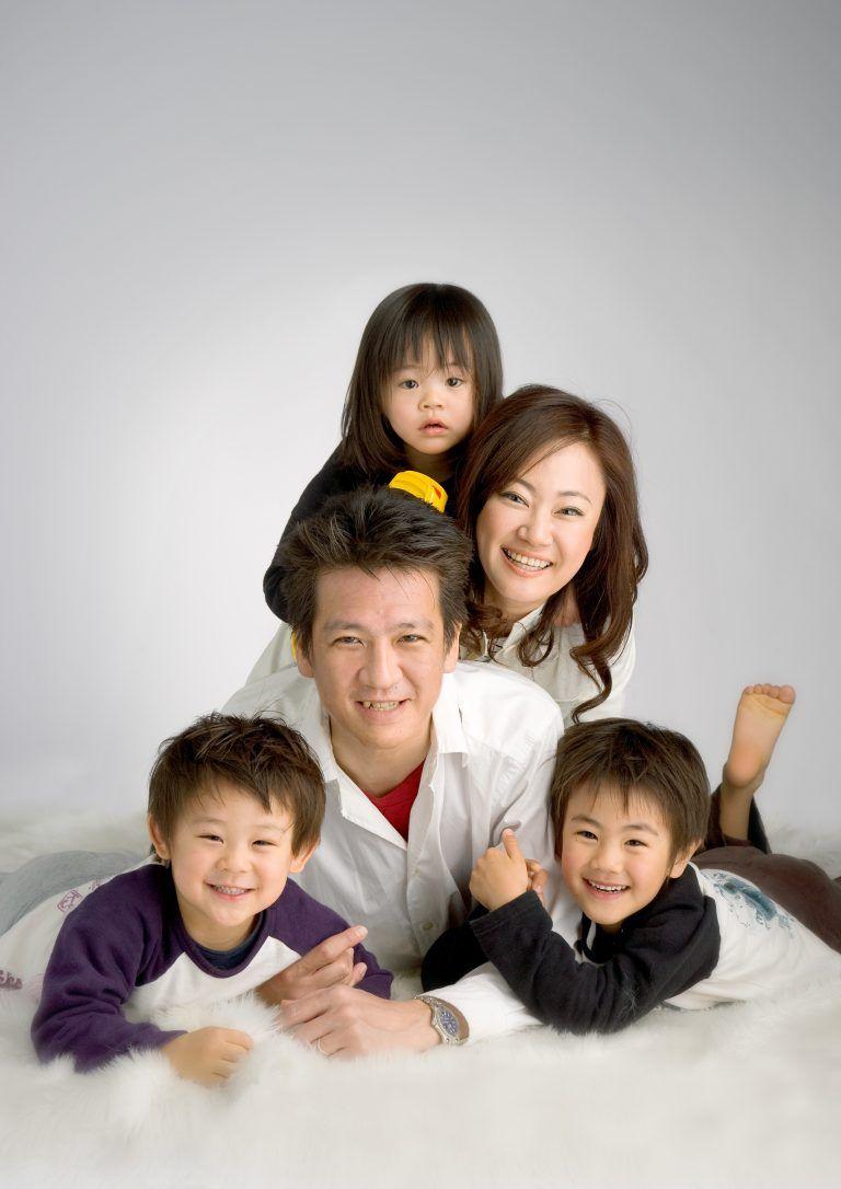 家族写真をお薦めする理由 わたしたちは 写真を通して幸せな家族を撮していきたい という想いを持ち続けながら 家族写真を広める活動をしてきました おかげさまで たくさんのファミリーの写真を撮影させていただき お客様のお宅に伺うと撮影された写真が飾ってある