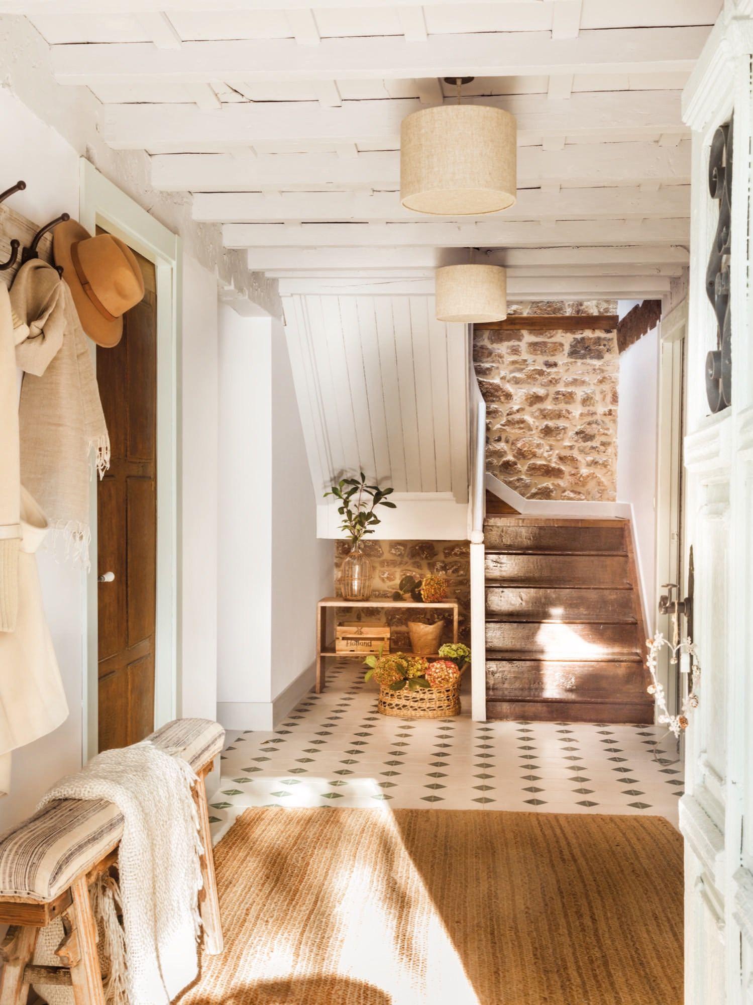 Escalera de una casa rustica con suelo hidr ulico y vigas - Casas de campo el mueble ...