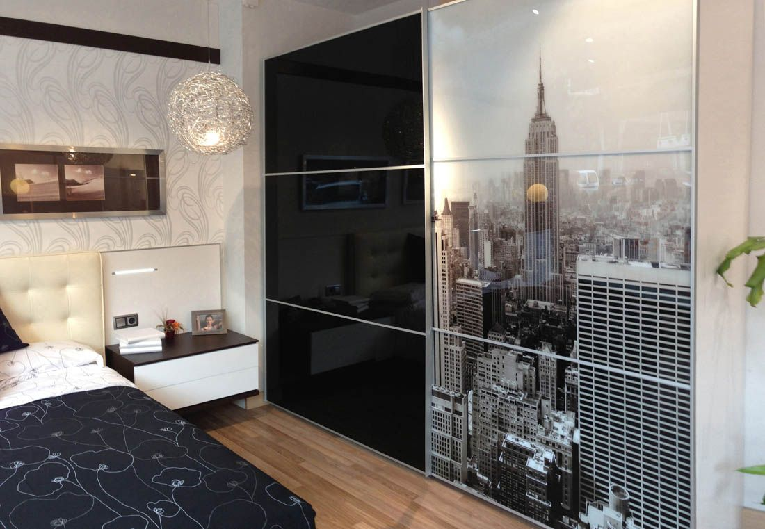 R237 gran armario de puertas correderas acabado cristal y gr fica aplicada para habitaci n de - Fabrica muebles barcelona ...