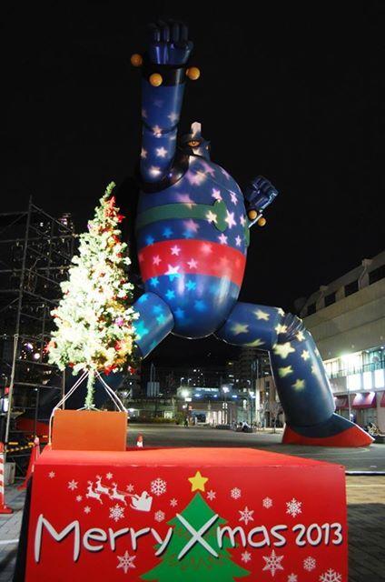 鉄人28号モニュメント、クリスマススペシャルライトアップ!