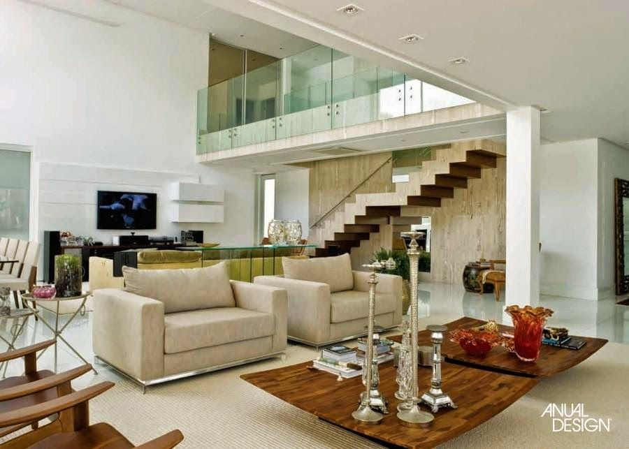 30 salas decoradas com escadas encostadas na parede for Paredes decoradas modernas