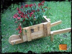 Fioriera con una carriola fatta di pallet giardino for Fioriera carriola