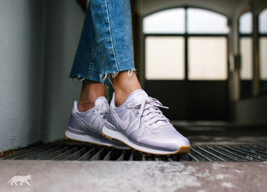 nike wmns internationalist qs