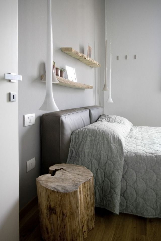 schlafzimmer modern gestalten graue wandfarbe pendelleuchten holz baumstamm beistelltisch - Schlafzimmer Modern Aus Holz