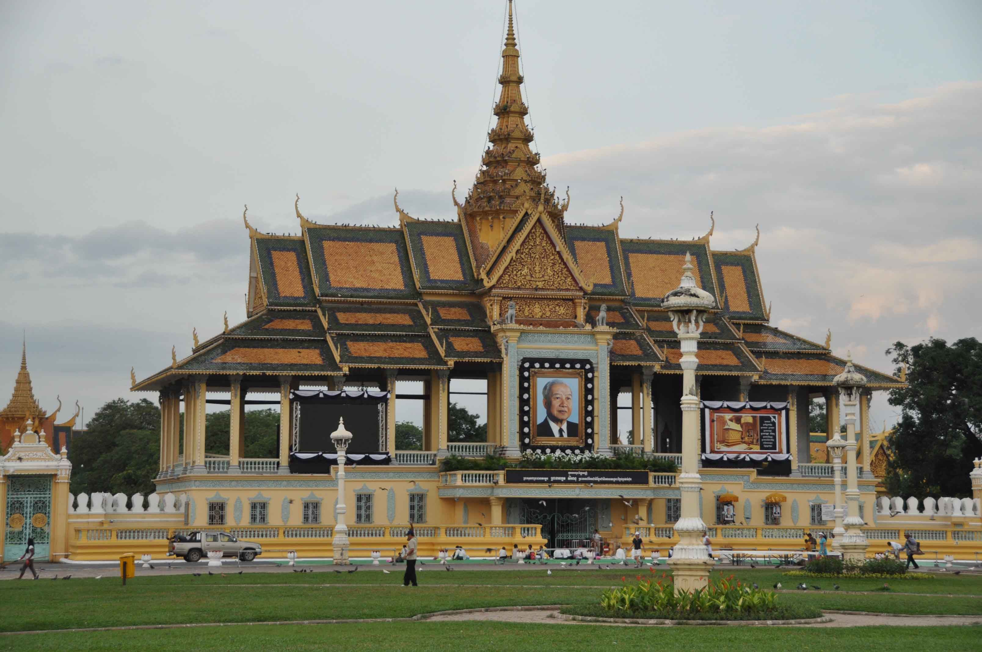 2 days Phnom Penh all-round (excl. hotel) – Multi-Day Modules Phnom Penh-Siem Reap | Phnom Penh is a city with a rich history. During these two days, you'll get to know everything about it by visiting the Choeung Ek and genocide museum, going around the city on a tuk-tuk and biking to the Islands of the Mekong.