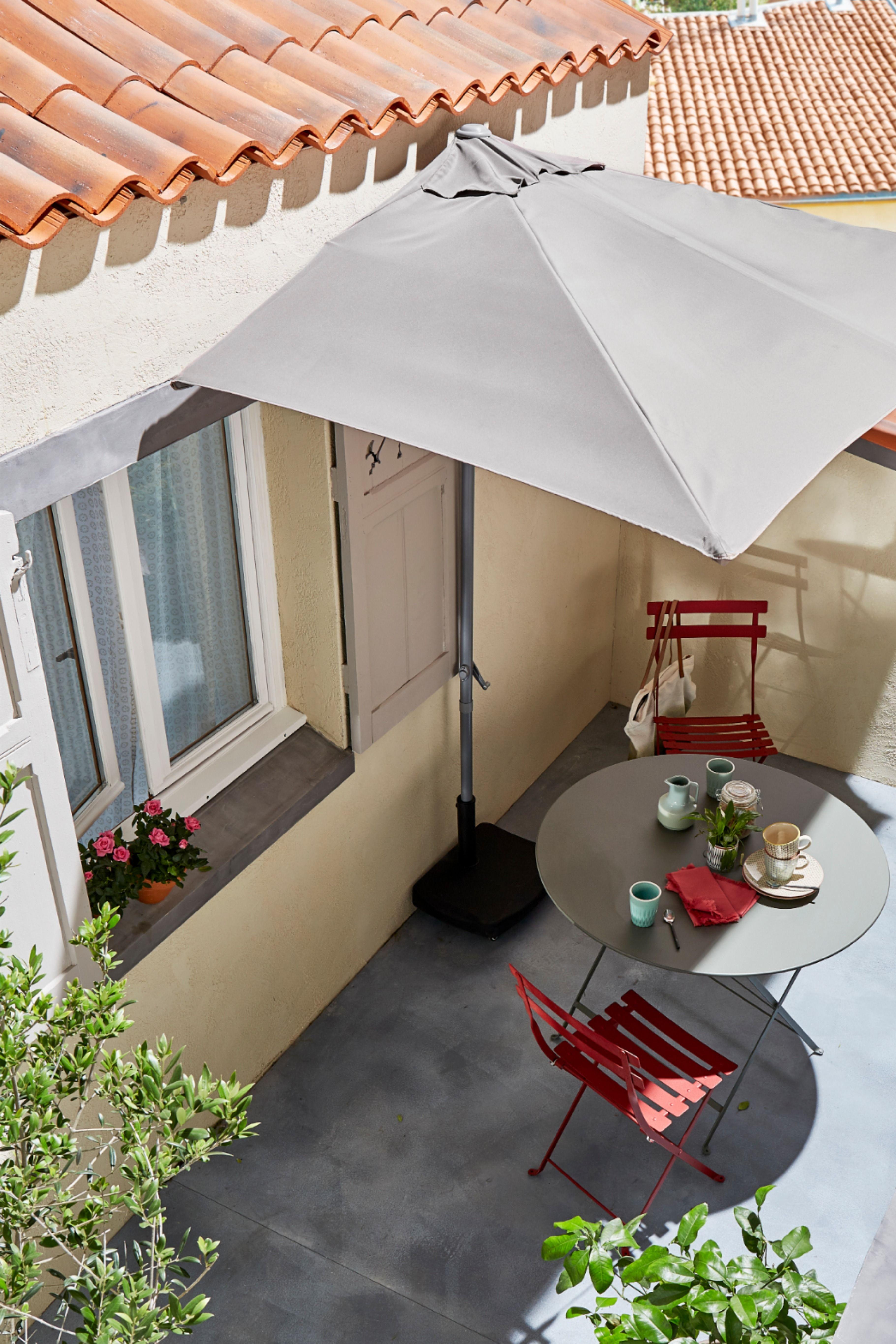 Un Parasol Qui S Adapte A La Perfection A Tous Les Espaces Meme Les Plus Petit Castorama Inspiration Decoration Ideedec Parasol Terrasse Parasol Terrasse