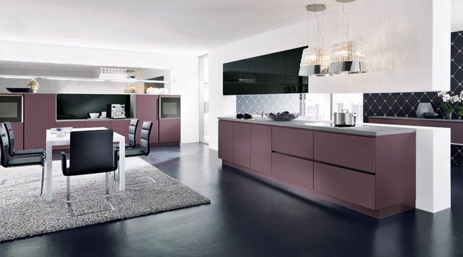 fronten in violett matt lack mit frontabsetzungen in hochglanz schwarz. Black Bedroom Furniture Sets. Home Design Ideas