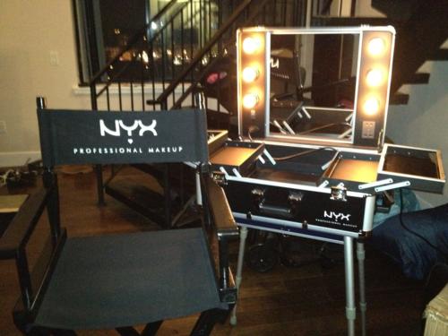 NYX XLARGE MAKEUP ARTIST TRAIN CASE WITH LIGHTS Makeup