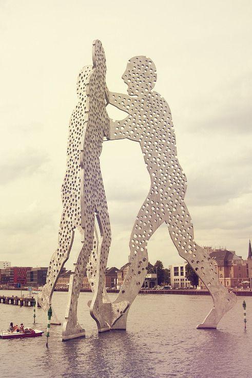 """Molecule Man in #Berlin - die durchlöcherte Skulptur soll daran erinnern, dass """"sowohl der Mensch als auch die Moleküle in einer Welt der Wahrscheinlichkeit existieren und es das Ziel aller kreativen und geistigen Traditionen ist, Ganzheit und Einheit innerhalb der Welt zu finden."""" so Jonathan Borofsky über sein Werk. #Städtereise #Städtetrip"""