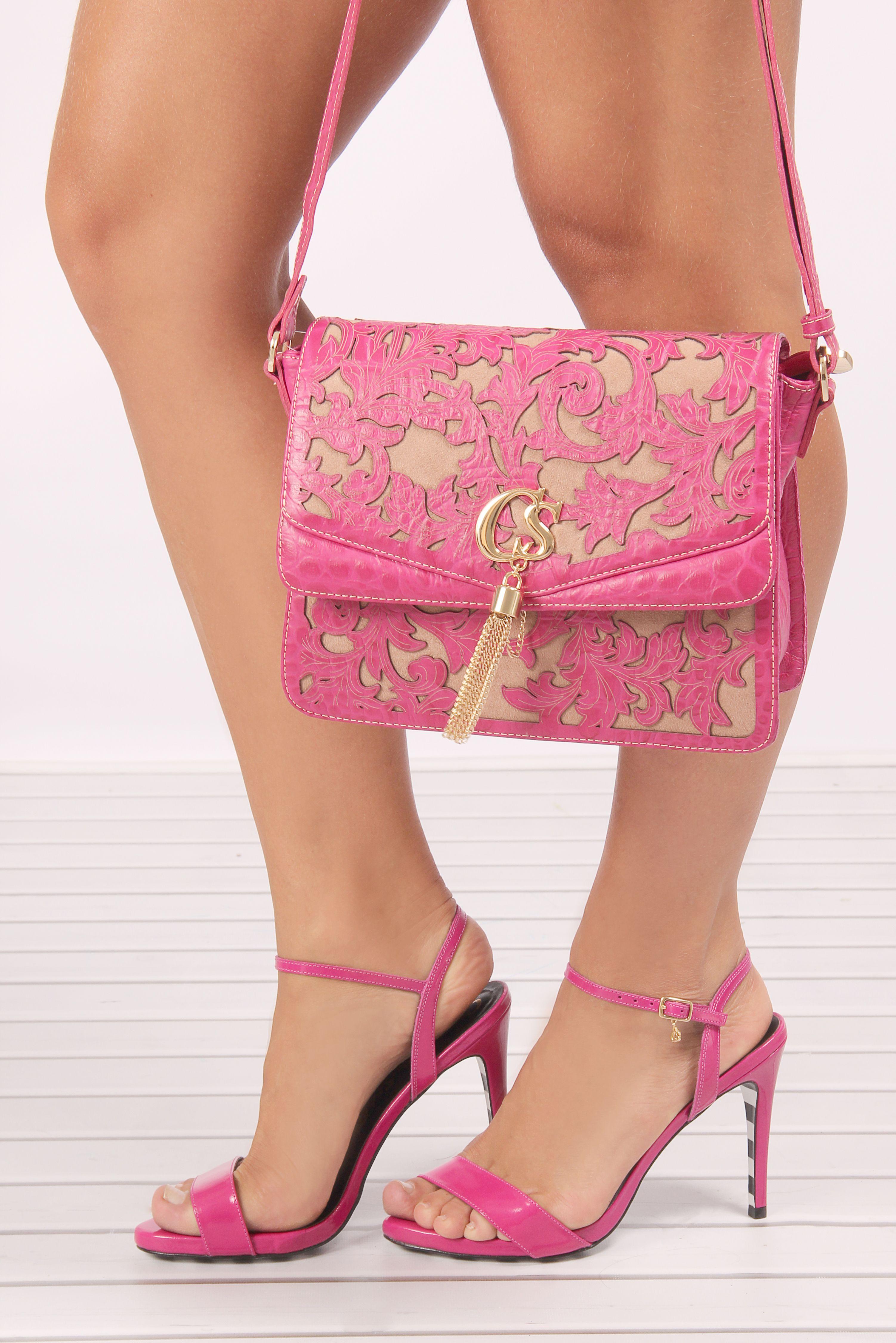 fa7cf92359 Sandália rosa fúcsia com tiras finas Carmen Steffens. Bolsa Rosa Carmen  Steffens com recortes e aplicações