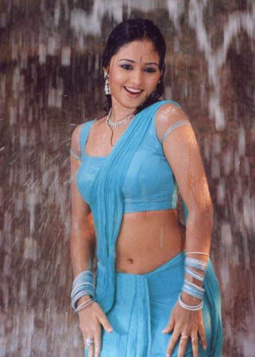 Kajal aggarwal showing armpits and boobs in sleeveless saree - 2 10