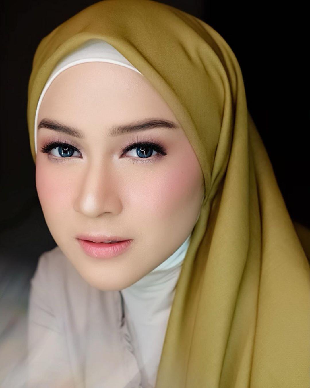 Gambar Mungkin Berisi 1 Orang Dekat Artis Hijab