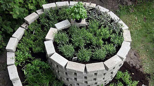 Kräuterspirale Für Den Garten. (quelle: Imago) | Kräuter Und ... Pflanzen Kultivieren Aromatische Gewurze Garten