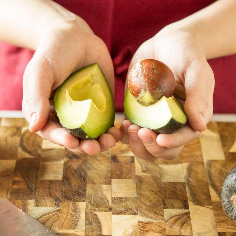 avocado wie du sie sch lst zubereitest und l nger frisch h ltst essen und trinken. Black Bedroom Furniture Sets. Home Design Ideas