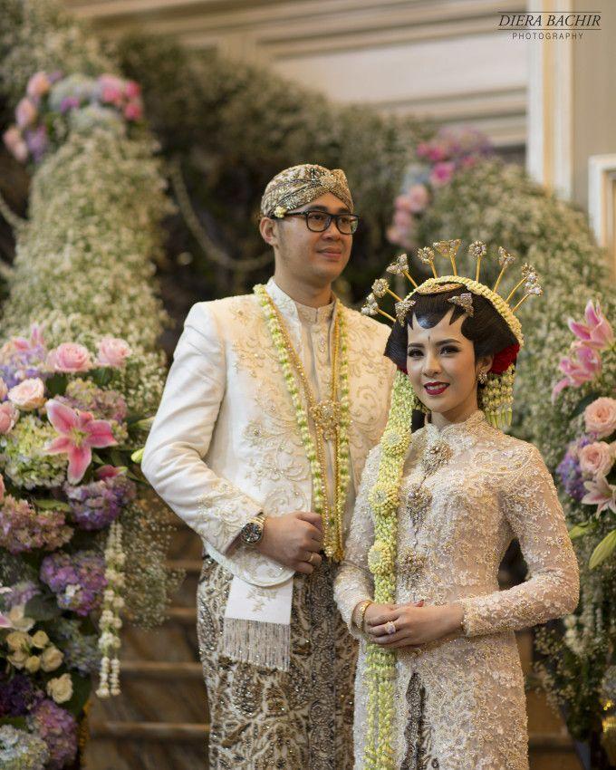 A Grand Javanese Wedding With A Butterfly Garden Theme Bridestory Blog Foto Perkawinan Pernikahan Fotografi Pengantin