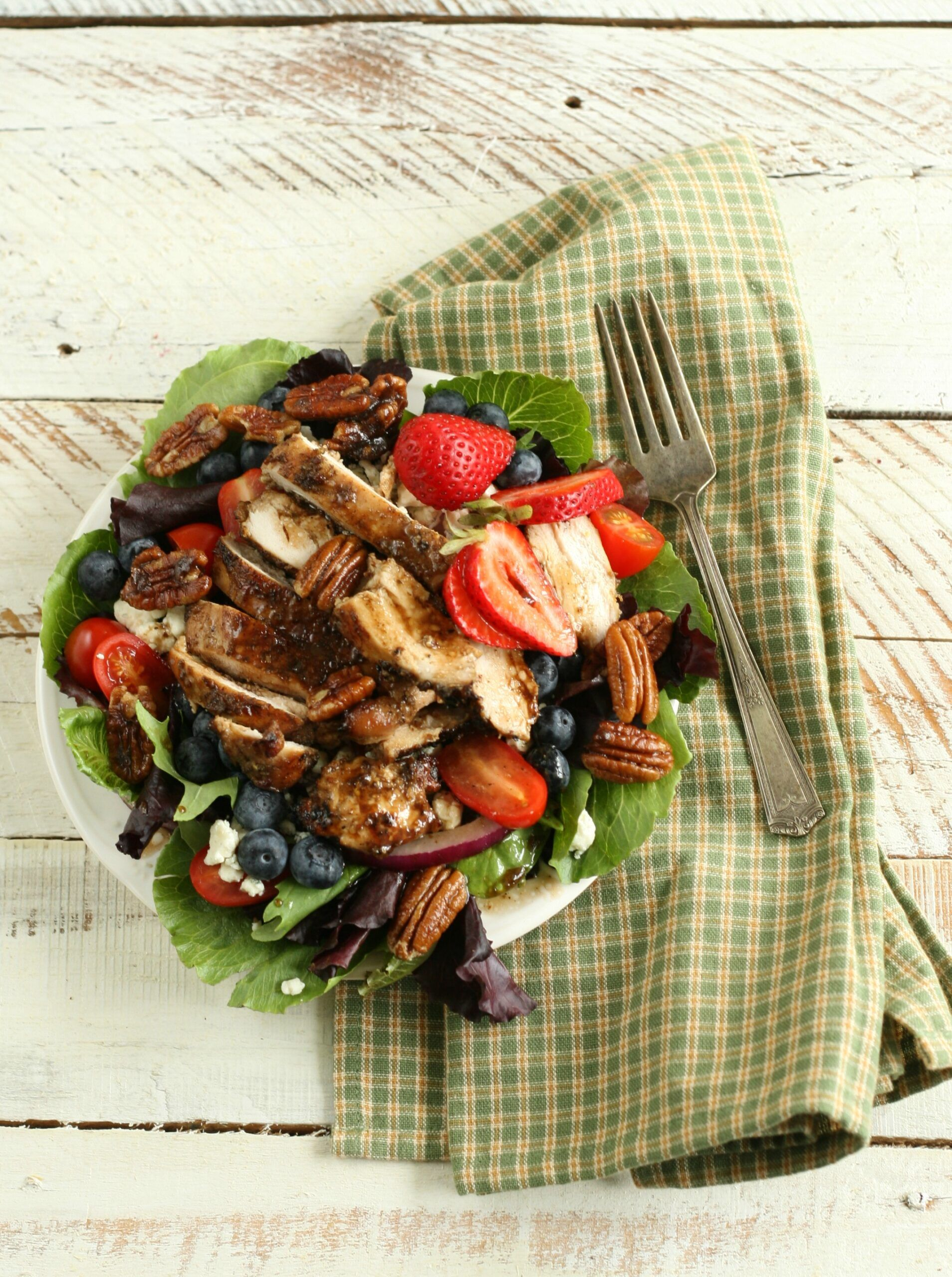 Blueberry Strawberry Salad with Candied Pecans #recipe #foodblogger #homemade #gardensalad