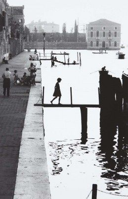 ++ This reminds me of Limbo on XBox. Play it. It's greaaat. Oh, right, photograph by Robert Doisneau. ;)