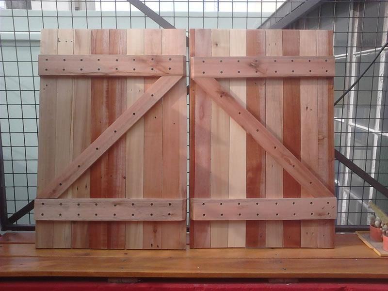 Puertas hechas con maderas recicladas de pallets diy for Puertas corredizas de palets