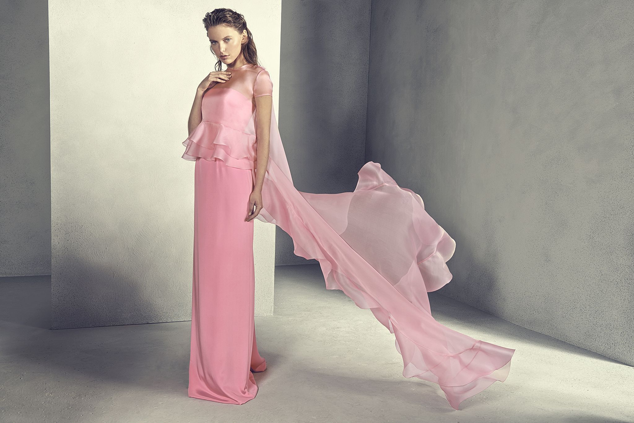 Vestido largo de fiesta en color rosa de seda con capa de gasa y ...