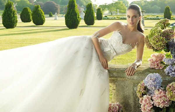 Dáng váy công chúa luôn được ưu ái và các họa tiết ren lạ mắt khiến cô dâu nổ bật hơn.