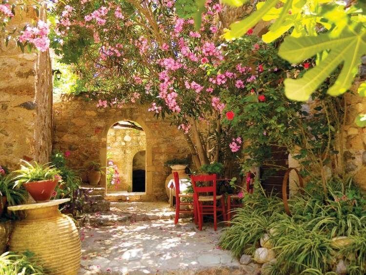 mediterrane-gartengestaltung-stein-feuge-hibiskus-stuehle-kuebel, Garten und Bauen