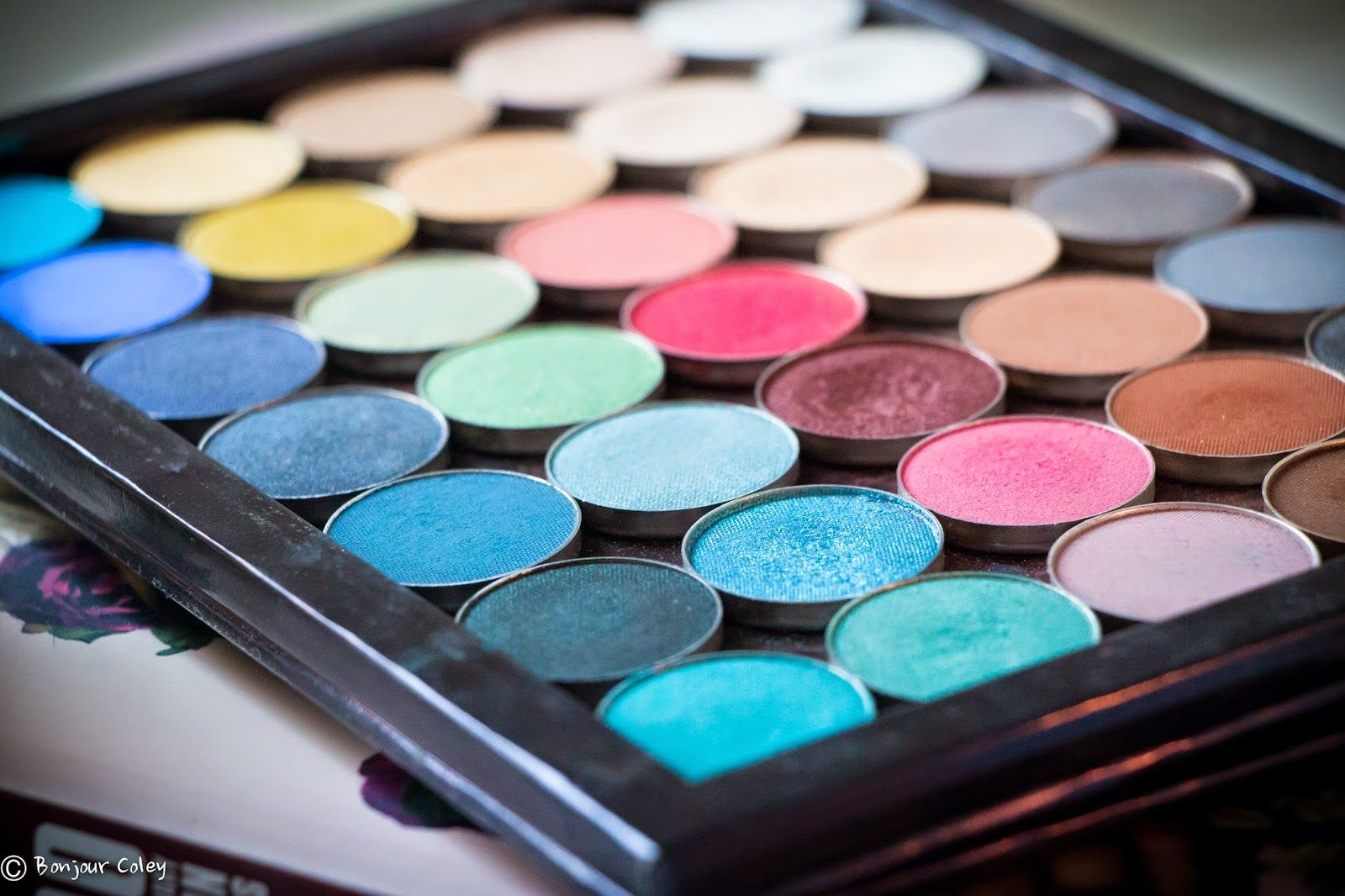 What does your customizes Makeup Geek eyeshadow palette