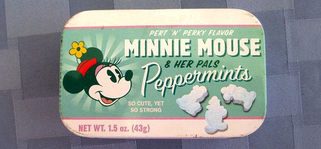 """Latita china de caramelos de menta estadounidenses vendidos sólo en Disneyland París (ex Euro Disney) /  Minnie & pals tin filled with peppermints in the shape of the Disney characters ~ Disneyland Paris peppermint tin ~ Nice tin made in China for the Disney Theme Parks, filled with peppermints in the United Stated and exported for sell exclusively in Disneyland Paris. It measures about 3¾"""" long x 2½"""" wide x ¾"""" high."""
