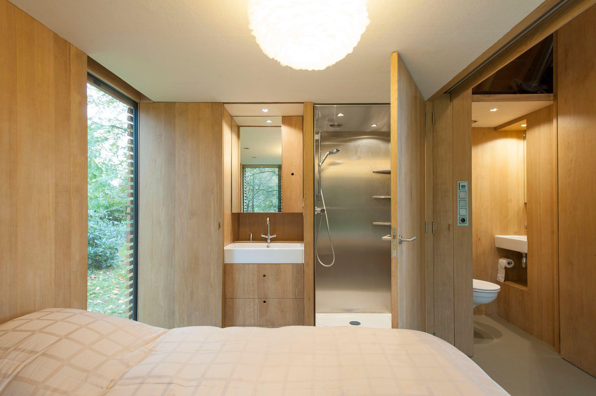 Stauraum, Waschbecken, Dusche und WC sind kompakt an der