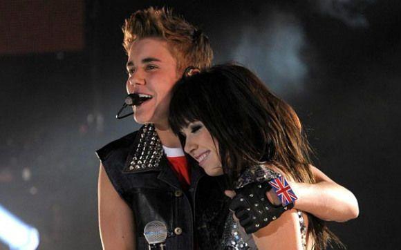 """Justin Bieber, produtor musical  Não é só como cantor que Justin fez sucesso nesse ano. Sabe """"Call Me Maybe"""", a música que você cantou direto e se divertiu com os vídeos e memes no ano passado? Então, foi Justin que descobriu o talento de Carly Rae Jepsen e ajudou a cantora a fazer sucesso na mídia! Tá podendo, né?"""