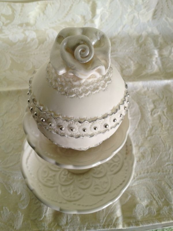 Bauble cake with rolled rose