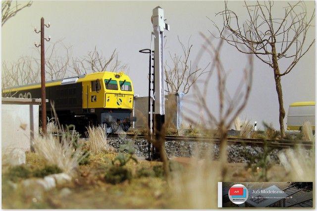 319 detenida frente a una señal de entrada a la estación de Villar, en un paisaje invernal. Escala H0. http://ju5modelismo.blogspot.com.es/