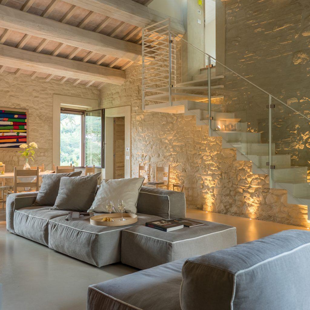 Design In Un Casale Ristrutturato Tra Gli Ulivi Ville Casali Nel 2020 Arredamento Soggiorno Rustico Arredamento Salotto Design Saloni Rustici