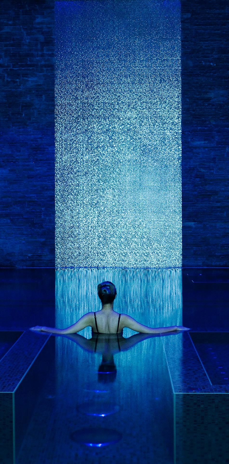 Rainforest vitality pool at banyan tree al wadi blue for Decorazioni piscina