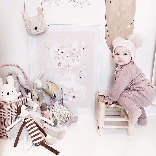 Cuteness overload! ✨ by @mreiness #hagelens #feathergrowthchart #interiorforkids #nordickidsliving #wood #børneinterior #børneværelse #kinderzimmer #kidsliving #kidsinterior #danishdesign #minimalisticstyle #scandinaviandesign