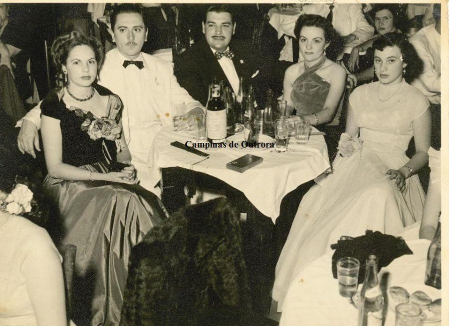 """Lourdes, Acylino, Paulo, Nely e Shirley, em 1952, no Clube Concórdia.O primeiro grande evento social realizado pelo clube foi o Baile de Debutantes, em 1952, promovido no Teatro Municipal """"Carlos Gomes"""". Foram cinco grandiosos eventos até 1956, que marcaram os anos dourados da sociedade campineira."""