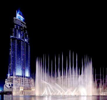 Hvis man vil opleve Dubai på rigtig Dubai maner, skal der tilføjes lidt luksus. Denne luksus får man på vores Dubai by night udflugt. Middagen spiser vi i selve Burj Khalifa (verdens højeste bygning), hvor vi nyder en middelhavsbuffet på modeskaberen Armanis hotel. Herfra kan man nyde udsigten over Dubai Fountain, som er verdens største springvandsshow.  http://www.falklauritsen.dk/rejser/asien/forenede-arabiske-emirater/dubai