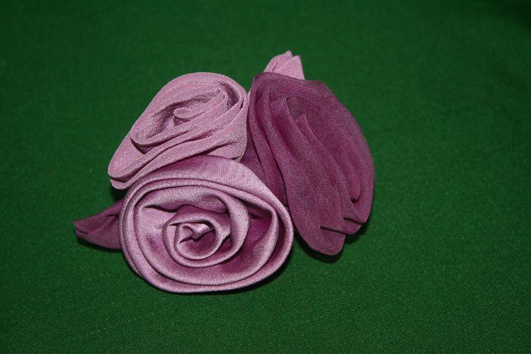 Broche, flores de seda teñida con cochinilla de Lanzarote. Artesana Jacinta Placeres. Asociación Milana