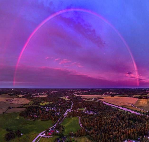 Tämä sateenkaari on kuvattu auringonlaskun aikaan Porvoossa viime viikolla. Kun Aurinko on matalalla, näkyy sateenkaari korkeana.