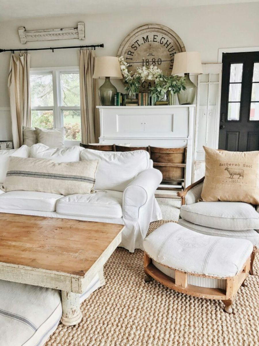 Cozy Farmhouse Living Room Decor Ideas in Family rooms