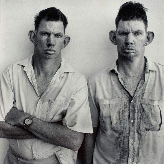 """Foto: Roger Ballen  Dresie and Casie, twins, Western Transvaal, 1993, aus der Serie """"Platteland""""."""