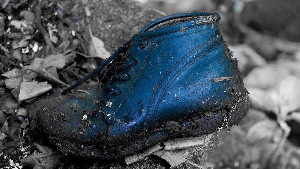 """Alan Cubilla: """"Encontré este zapato semienterrado y me pregunté quién habrá sido el dueño"""", nos contaba Alan desde Panamá."""