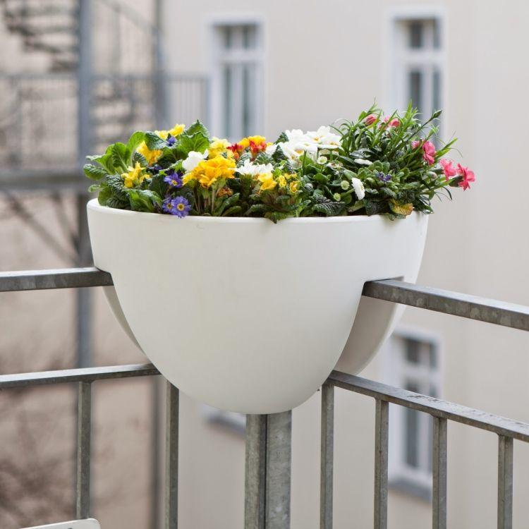 Gel nder blumentopf zum platzieren am eck des balkons for Blumentopfe balkon