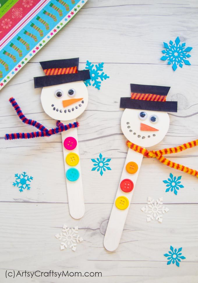This Popsicle Stick Snowman is one of the easiest crafts you can make this Christmas! Even younger kids can assemble the parts themselves. via @artsycraftsymom