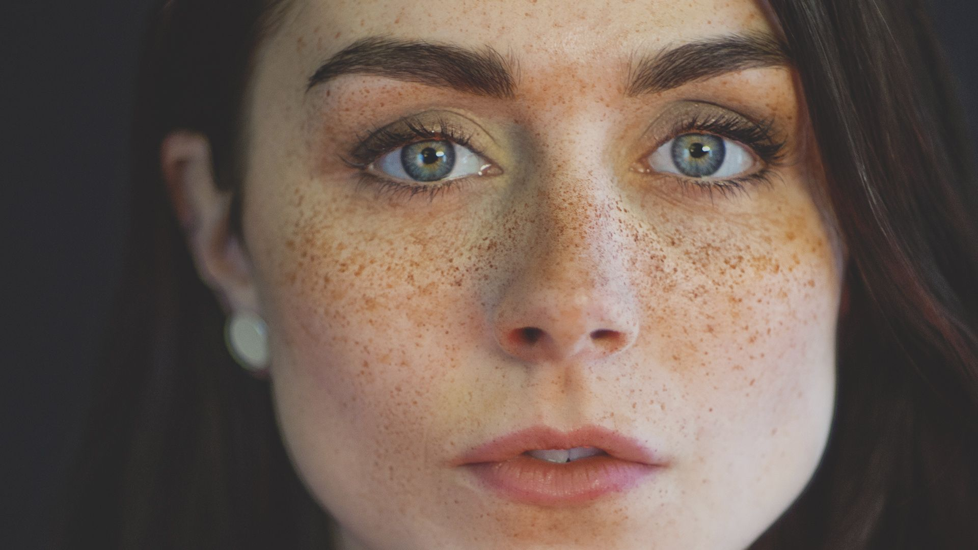 How To Create Stunning Fake Freckles With A Toothbrush And