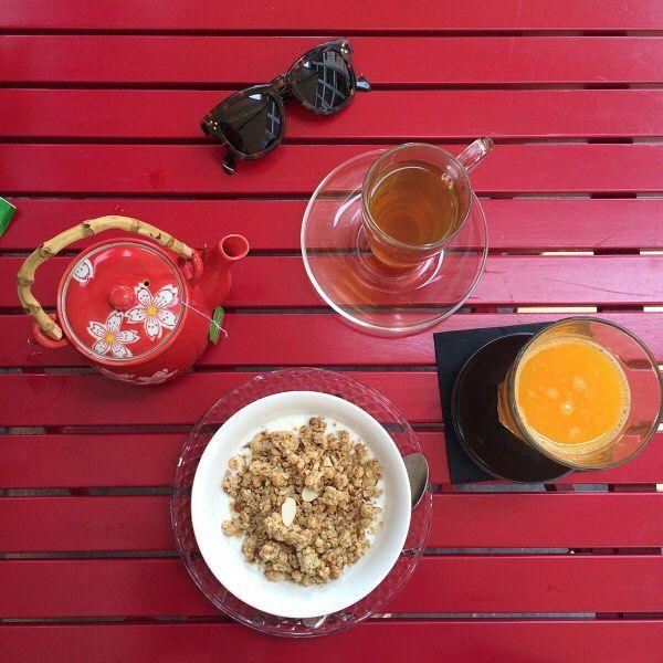 E' l'ora del tè (anche se le 5 sono passate). O meglio è l'ora del tè con Eleonora. Durante queste vacanze Condividete su Instagram usando l'hashtag #teatimeconeleonoracarisi i vostri momenti di relax tra tè e dolcetti colorati. Le foto più belle saranno condivise sul suo profilo @eleonoracarisi e - a fine estate - su Elle.it Per saperne di più clicca sul link in bio  http://www.elle.it/Blog/Eleonora-Carisi/eleonora-carisi-hashtag-instagram