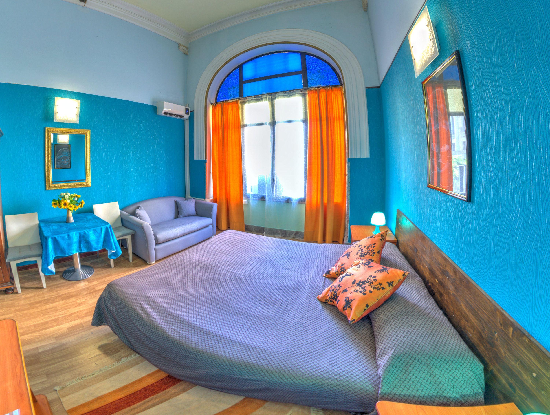 Bagno Esterno Privato : Matrimoniale large bagno privato esterno con doccia divanetto