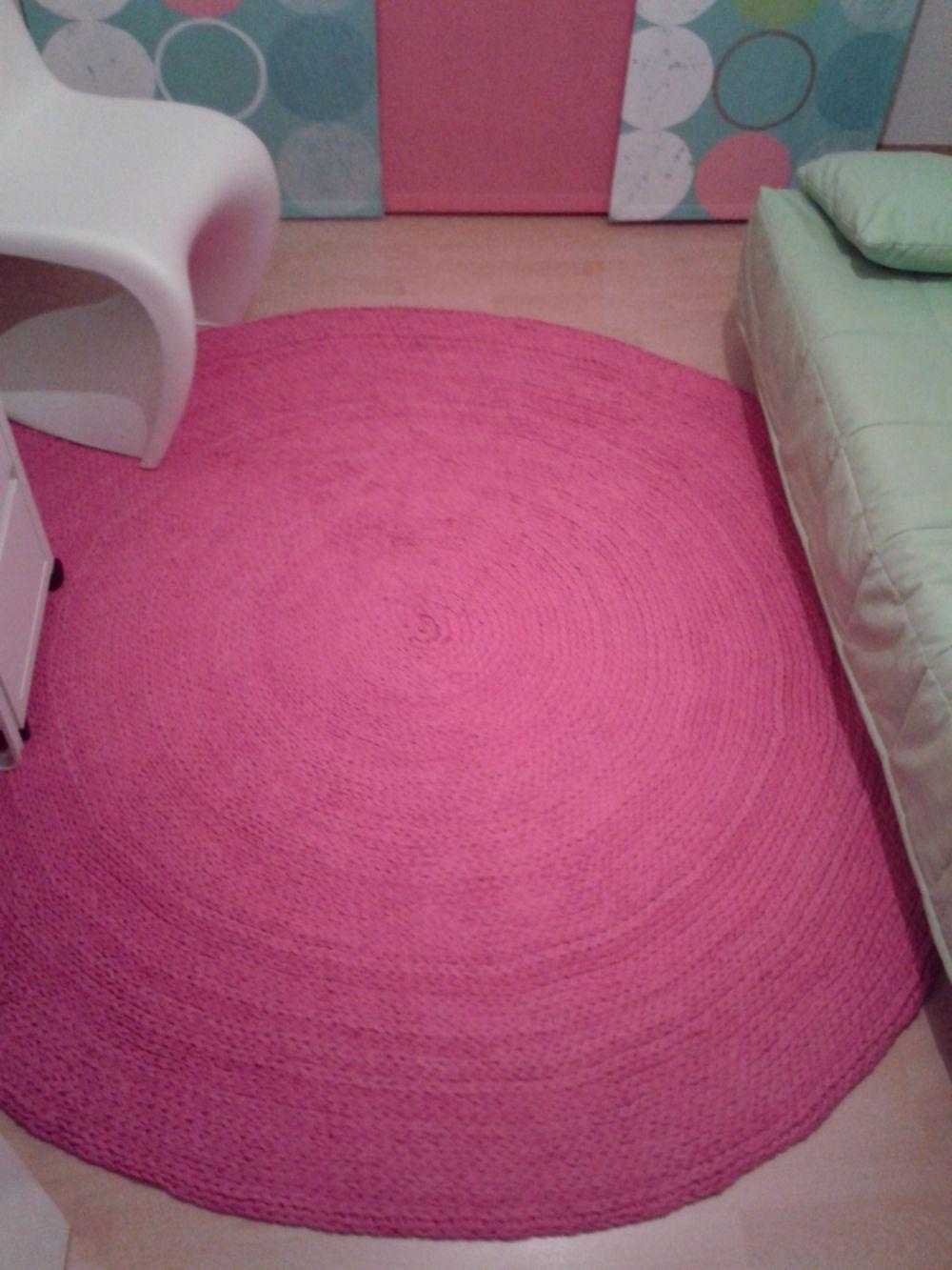 Runder Häkelteppich in Textio Stripe Pink W Textilgarn. Danke, liebe Nicole,  für die Bilder von diesem wunderbar strahlenden Teppich und die Erlaubnis zur Veröffentlichung. Ich selbst traue mich viel zu selten an die knalligen Farben.